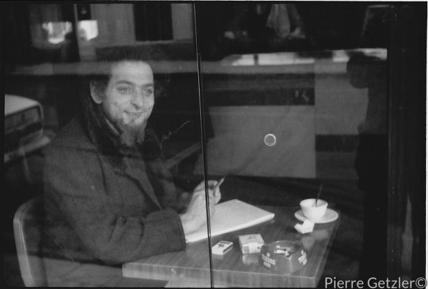 Georges Perec al Cafè de la Mairie, Place Saint Sulpice, 1974. foto di Pierre Getzler.