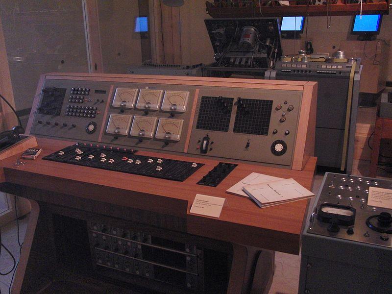 La console audio dello Studio di fonologia della Rai di Milano, dove lavorarono tra gli altri Luciano Berio, Bruno Maderna, Umberto Eco, Giovanni Belletti, Maddalena Novati, Marino Zuccheri