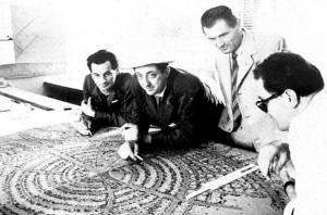 """Marcello D'Olivo (al centro) e il progetto della """"chiocciola"""" di Lignano Pineta"""